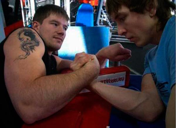 Алексей Воевода делится секретами борьбы на руках